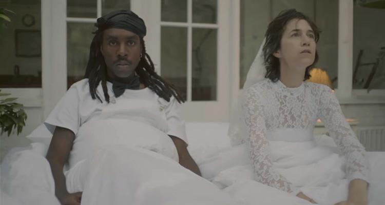 charlotte gainsbourg vive um romance com dev hynes no clipe de deadly valentine. Black Bedroom Furniture Sets. Home Design Ideas